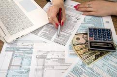 报税表1040,膝上型计算机保证金 免版税库存图片