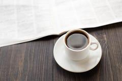 报纸和咖啡在桌上的 免版税图库摄影