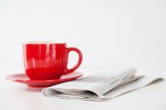 报纸和咖啡杯 库存照片