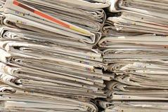 报纸堆为使用的纸的汇集已经读了 免版税图库摄影