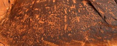 报纸岩石刻在岩石上的文字在犹他 免版税图库摄影
