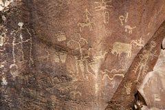 报纸岩石刻在岩石上的文字 图库摄影