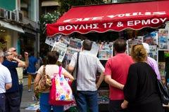 读报纸的人在雅典希腊 库存照片