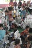 读报纸的孩子在一则全国新闻 免版税图库摄影