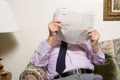 读报纸的老人 免版税图库摄影