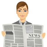 读报纸的英俊的人 免版税库存照片