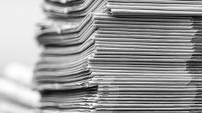 报纸被折叠的和被堆积的BW 免版税库存图片
