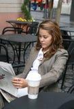 报纸读取妇女 免版税图库摄影