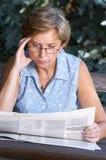 报纸读取 免版税库存图片