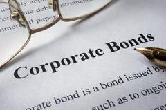 报纸页与词公司债券的 免版税库存图片