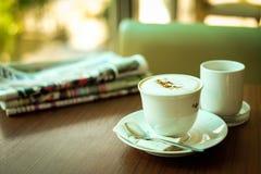 报纸&杯热的咖啡热奶咖啡 图库摄影
