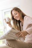 读报纸 图库摄影