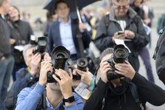 报道一个事件的摄影记者在特拉法加广场,伦敦 免版税库存图片