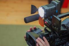 报道事件用一台摄象机 Videographer采取有赠送阅本空间的摄像头文本的 摄像头操作员 免版税库存照片