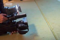 报道事件用一台摄象机 Videographer采取有赠送阅本空间的摄像头文本的 摄像头操作员 免版税图库摄影