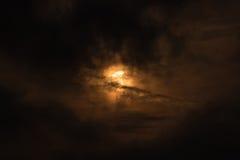 报道在偏蚀的月亮太阳 免版税库存图片