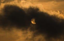 报道在偏蚀的月亮太阳 图库摄影