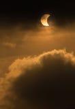 报道在偏蚀的月亮太阳 库存图片