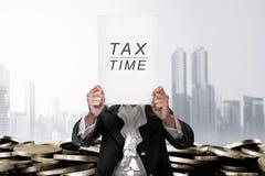 报道她的头的女实业家由税时间公告 免版税库存照片