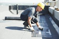 报道毛毡屋顶平台屋顶工作 免版税库存照片