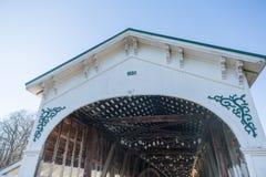 报道的美国木桥梁关闭在与蓝天的一个晴朗的冬日 库存图片