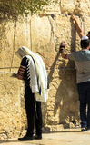 披巾和tefillin的未认出的犹太崇拜者祈祷在哭墙一个重要犹太宗教站点的 免版税图库摄影