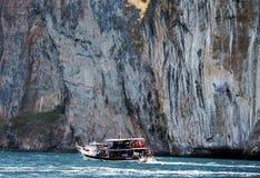 披披岛群岛的海岛的沿海水域 泰国在前景的三条小船 库存图片