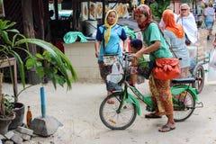 披披岛, KRABI,泰国11月27日 2013年:愉快的回教妇女画象喜欢骑室外的自行车在走的路 库存照片