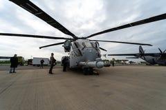 抬举费力的货运直升机西科斯基CH-53K国王Stallion在机场的美国海军陆战队 免版税库存照片