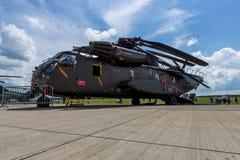 抬举费力的货运直升机西科斯基CH-53海公马 图库摄影