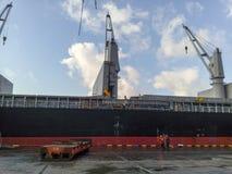 抬头在口岸的一只货船 免版税库存照片
