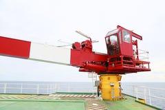 抬头在维护定期工作下由吊车司机或技术员,固定并且为起重机服务与定期检修日程表 库存照片
