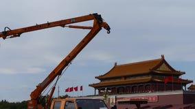 抬头北京天安门街灯监视照相机安装工维护  股票视频