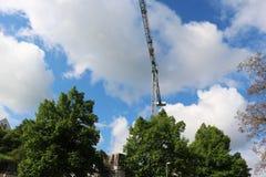 抬头太阳被修建的大厦并且安置建筑业结构金属 免版税库存图片