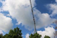 抬头太阳被修建的大厦并且安置建筑业结构金属 库存照片