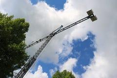 抬头太阳被修建的大厦并且安置建筑业结构金属 库存图片