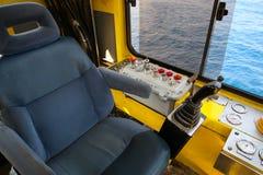 抬头控制的操作客舱起重机的所有设备 吊车司机控制里面起重机的所有作用 库存图片