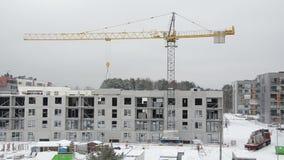 抬头推力房子零件,并且建造者工作者在冬天工作 股票视频
