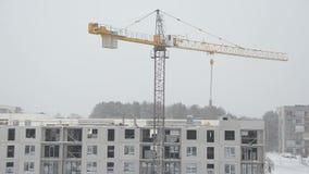 抬头推力线路所零件,并且建造者在大雪秋天运作 股票录像
