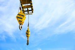 抬头油和船具平台的建筑支持重的货物、调动货物或者篮子的在工作地点,重工业 库存图片