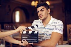 抬他的眼眉的专业演员在照相机 库存图片