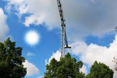 抬头被修建的大厦并且安置建筑业结构金属 库存图片