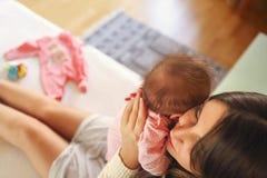抱她的婴儿的年轻母亲 妈妈护理婴孩 家庭 库存照片
