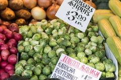 抱子甘蓝和其他菜在一个摊位在派克市场在西雅图 库存照片