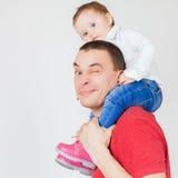 抱孩子的愉快的父亲在白色背景 库存图片