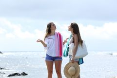 抱怨在海滩的恶劣的天气的沮丧的游人 免版税库存图片