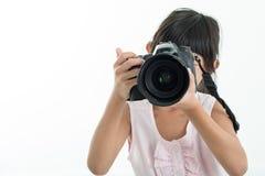 抱照相机/孩子的孩子拿着照相机 免版税库存图片