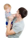 抱着他的现有量的愉快的父亲婴孩查出 免版税图库摄影