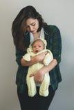 抱着她的婴孩的母亲的画象 库存图片
