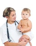 抱着现有量的医生逗人喜爱的婴孩查出 免版税库存图片